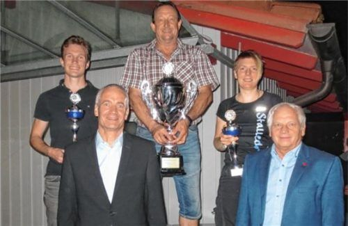 Die Platzierten: (von links) Louis Straßer (2.), Manfred Mittermeier (1.) und Bernadette Stalleder (3.) zusammen mit Sportreferent Rainer Himmelsbach (links) und Zweitem Bürgermeister Günter Hargasser. Foto stettner