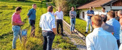 Die Samerberger Gemeinderäte und die Experten Tobias Hanig (Diplom-Ingenieur) und Rupert Seeholzer (Kreisbaumeister) bei der Ortsbegehung vor der Gemeinderatssitzung. Foto Leitner