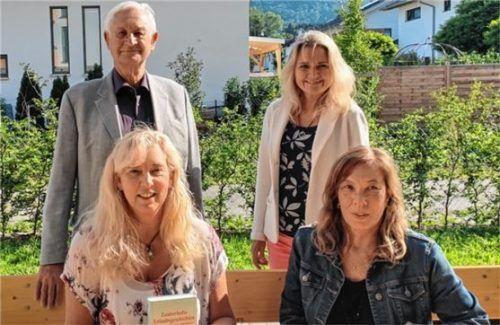 Die vier Rosenheimer Autoren nach der Lesung: (hinten) Professor Hilmar Mund und Heike Holz sowie (vorne, von links) Monika Nebl und Renate Stautner.Foto  Nebl