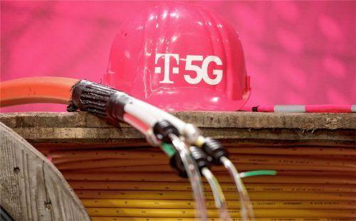 Ein Helm mit 5G-Schriftzug der Deutschen Telekom auf Kabeltrommeln. Auch in Rimsting läuft noch das Verfahren zur Installation eines Telekom-Funkmastens, der künftig 5G-tauglich sein wird. Foto dpa
