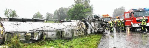 Eingeklemmt im Wrack des Führerhauses war der Fahrer des umgestürzten Milchlasters gestern auf der Autobahn. Foto Reisner