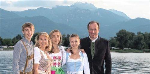 Eric Zbil möchte die Kampenwandseilbahn in den kommenden Jahren an seine Kinder übergeben. Das Familienbild zeigt (von links) Thomas, Kiki, Vivien, Carolin und Eric Zbil.Foto  Kampenwandseilbahn