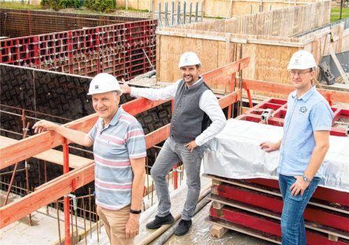 Freuen sich über den Baufortschritt: (von links) Architekt Bernhard Putzhammer, Bürgermeister Daniel Wendrock und der gemeindliche Projektleiter Peter Perfler.Foto  Klemmer