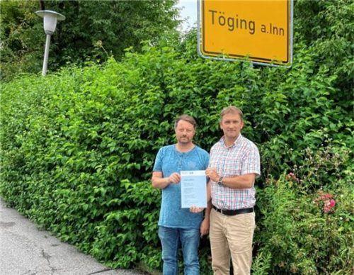 Freuen sich über den Förderbescheid: Bürgermeister Dr. Tobias Windhorst (rechts) und Thomas Hofer, der erst seit Kurzem im Rathaus tätig ist. Die Umrüstaktion der Straßenbeleuchtung im Bereich Aresing und Unterhart ist eines seiner ersten größeren Projekte.Foto  Stadt Töging