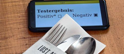Für einen Restaurantbesuch ist ab einer Inzidenz von 50 an drei aufeinanderfolgenden Tagen ein negativer Test nachzuweisen. Foto dpa