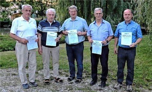 Für lange Treue geehrt wurden (von links) Franz Märkl, Ewald Kirmaier, Klaus Asenbeck, Werner Luft und Peter Asenbeck. Foto re