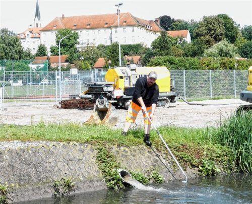 """Gemeindearbeiter Thomas Heindl entnimmt eine Wasserprobe auf der """"Baustelle Kläranlage"""". Weil der Klärschlamm dort zuletzt mehr Feststoffe enthielt, wurde die Entsorgung teurer. Deshalb muss die Gemeinde die Gebühren erhöhen. Foto  HUber"""