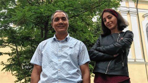 Glücklich in Mühldorf, traurig in Gedanken in Kabul: Nour Agha Tabesch Mohammadi und seine Tochter Dina Tabesch Mohammadi. Foto Honervogt