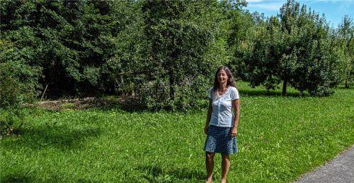 Heute noch reine Obstbaumwiese, in Zukunft Thansaus Dorfanger: Gemeinderätin Anette Wagner hofft, dass sich rund um ein kleines Backhäusl, das dort stehen soll, ein Treffpunkt von Menschen entwickelt und dabei auch möglichst viele neue Ideen entstehen.Foto thomae