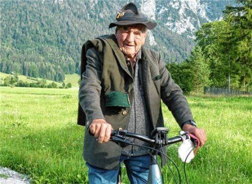 Immer mit Wettermantel und Filzhut unterwegs: Ludwig Huber.Foto Schick