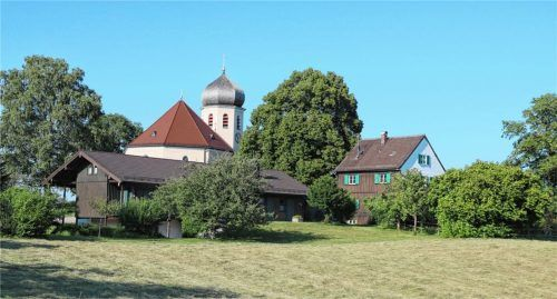 In Nachbarschaft der Wildenwarter Kirche soll die gemeinsame Kindertageseinrichtung von Frasdorf und Prien entstehen. Foto Rehberg