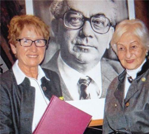Irmi Eigl, Bibliothekarin in Neumarkt-St. Veit, mit Benno Hubensteiners Schwester Erna Delonge vor einem Hubensteiner-Foto im Jahr 2014. Foto  Gärtner