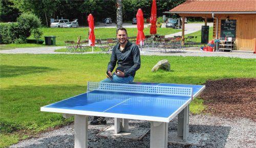 Jugendbeauftragter und Gemeinderatsmitglied Christian Bauer präsentiert stolz eine neue Tischtennisplatte am Naturbad. Foto Leitner