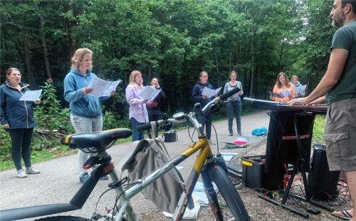 """""""Just Voices"""" beim Proben am Pestfriedhof: Radeln und Singen ist das Konzept zum Jubiläum. Foto Weingartner"""