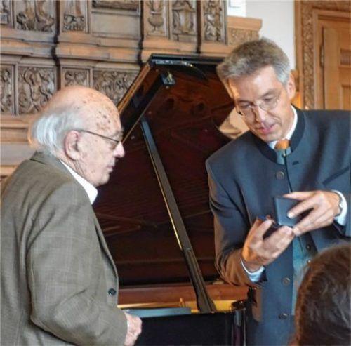Landrat Otto Lederer überreicht Kurt Hantsch (links) den Kulturpreis.