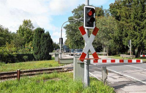 Lange Rückstaus bilden sich teilweise am Bahnübergang an der Staatsstraße, wenn die Bahnschranke nach unten geht. Foto  Lohmann