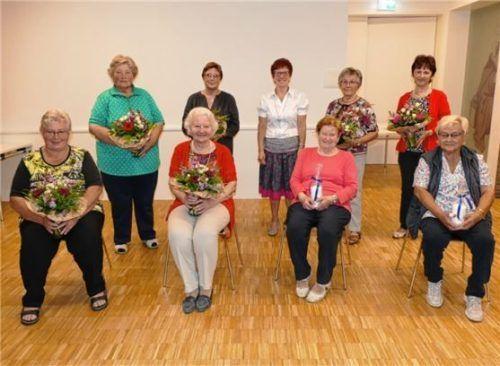 Langjährige Mitglieder wurden geehrt: (hinten von links) Maria Berger, Elisabeth Haider, die Vorsitzende Christa Söllner, Maria Genzinger und Irmgard Voglsamer sowie (vorne von links) Resi Oberpaul, Christa Hartl, Marianne Freiberger und Rosmarie Bichler. Foto Bachmaier