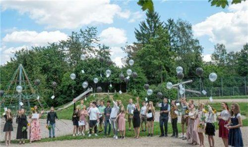 Luftballons mit den guten Wünschen ihrer Eltern ließen die Abschlussschüler nach der Verabschiedung steigen.