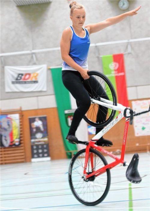Mina Heinritzi von der Soli Bruckmühl, hier zu sehen beim Standsteiger rückwärts, einer in der Altersklasse U15 herausragenden Übung.Foto Wilfried Schwarz