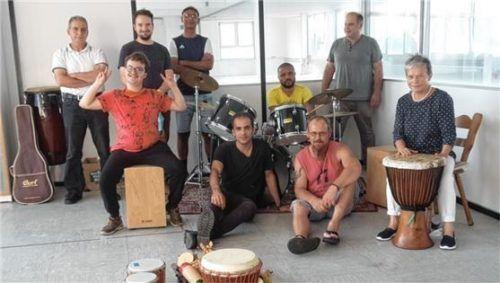 """Mit der Gruppe """"Community Music Grassau"""" lädt der Verein zum gemeinsamen Musizieren ein. Instrumente sind vorhanden. Ein Musikpädagoge leitet das Projekt."""
