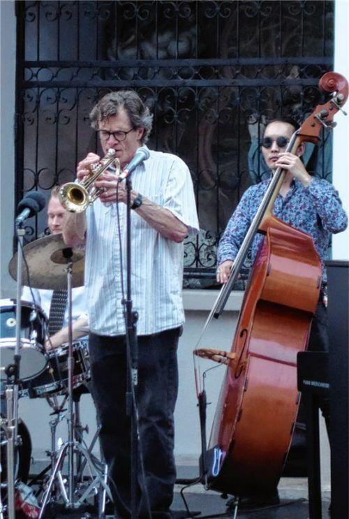 Mit John Marshall war einer der herausragenden Jazztrompeter dieses Landes in Rosenheim zu Gast. Begleitet wurde er von Julian Schmidt am Piano, Munguntovch Tsolmonbayar am Bass und (nicht im Bild) Xaver Hellmeier am Schlagzeug. Foto Friedrich