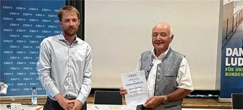 Nach ihrer Wahl: Stefan Julinek (links) wurde als Ortsvorsitzender bestätigt und Florian Hoffmann ist nun Ehrenvorsitzender des Ortsverbands.Foto  Julinek
