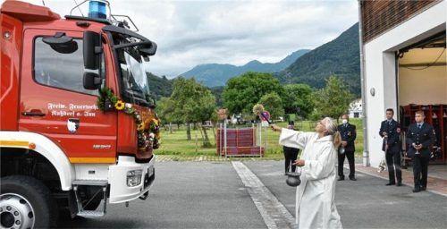 Pastoralreferentin Gundula Langer weiht das neue Feuerwehrauto ein.Foto re