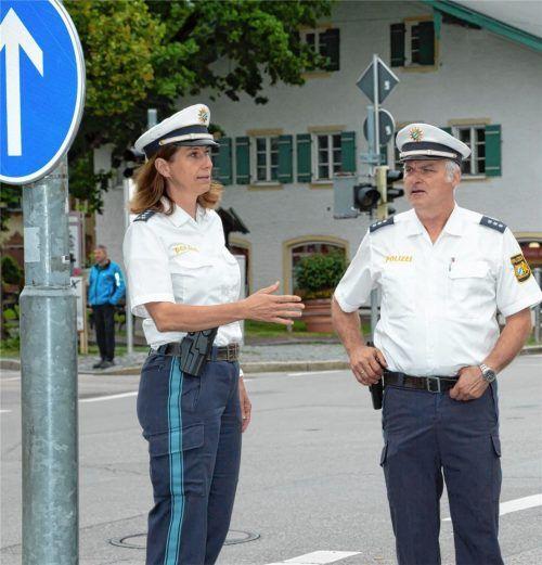 Priens Polizeichefin Karin Walter und Oberkommissar Wolfgang Schlemer haben einen der neuralgischen Punkte im Priener Verkehrsnetz im Blick: die Kreuzung in der Ortsmitte, die mit der Anbindung an den Hafen sehr stark frequentiert ist.Foto Berger