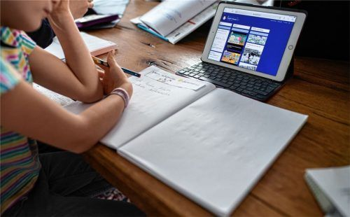 Probleme mit dem Onlineunterricht gab es vielerorts, auch an der Schule in Rott. Die schwankende Qualität in Struktur und Unterrichtsvorbereitung sprach Schulverbandsmitglied Josef Kirchlechner (BfR) an. Foto dpa