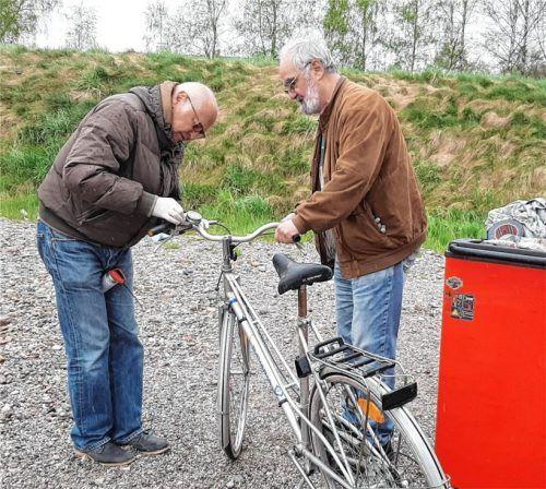 Richard Püschner (links), Leiter der Fahrradwerkstatt des Kreis Migration, und Helfer Hajo von Oertzen haben schon viele gespendete Fahrräder für Migranten hergerichtet. Fotos Schmitz