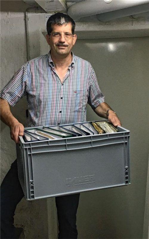 Stefan Reischl schleppt die Ordner, die im ersten Stock zwischengelagert waren, in den Keller. Fotos Weinzierl