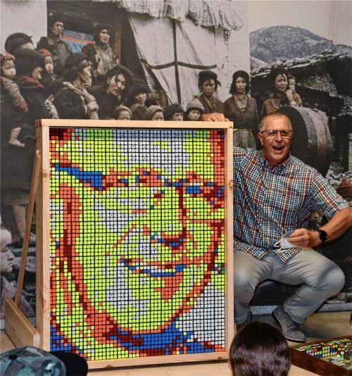Verlässt die Mädchenrealschule mit einem lachenden und einem weinenden Auge: Konrektor Siegfried Kress und sein Kunstwerk aus Zauberwürfeln. Foto Schlecker