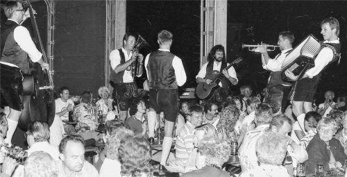 """Vor 25 Jahren spielten in Haag noch die """"Hoglbuachan"""" auf, die sich schon lange aufgelöst haben. Foto Bauer"""