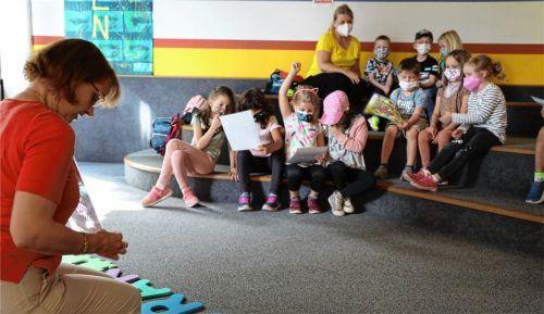 """Was """"Mama Muh"""" bei ihrem Ausflug in die Bücherei erlebt, das liest Büchereileiterin Bianca Mertin den Vorschulkindern von Maria Schutz vor. Foto  Lohmann"""