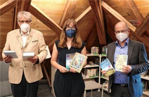 Zum Lesen motivieren wollen (von links) der neue Buchpate Dr. Herbert Reuther, die Bücherei-Leiterin Christina Klasna und der ebenfalls neue Buchpate Michael Anner. Foto RE
