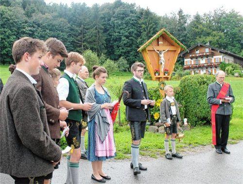 Zum neuen Wegkreuz in Wilharting bekennt sich auch die junge Generation der Familie Schlemer. Fotos Strim