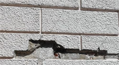 An der Fassade des Mittertors sind bereits große Brocken herausgefallen. Fotos Wunsam