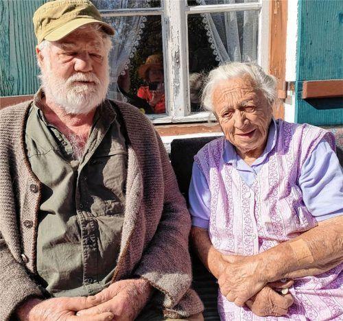 """Anna Schwaiger (99), die """"Graz´n Nanni"""", zusammen mit ihrem Schwiegersohn Felix Laubhuber (82) vor dem Graz´n Haus in Schleching.Foto Giesen"""