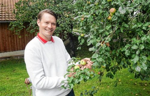 """Apfelexperte Georg Loferer aus Rohrdorf hat es sich zur Aufgabe gemacht, im Rahmen des Projektes """"Apfel-Birne-Berge"""" unbekannte Obstsorten aufzuspüren. Foto Kirchner"""