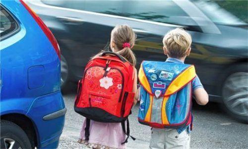 Augen auf im Straßenverkehr. Das gilt für Autofahrer und Schulkinder gleichermaßen. Foto dpa/Patrick Pleul