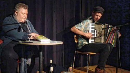 Autor Andreas Lechner (links) wurde von Maxi Pongratz am Akkordeon begleitet. Foto Friedrich