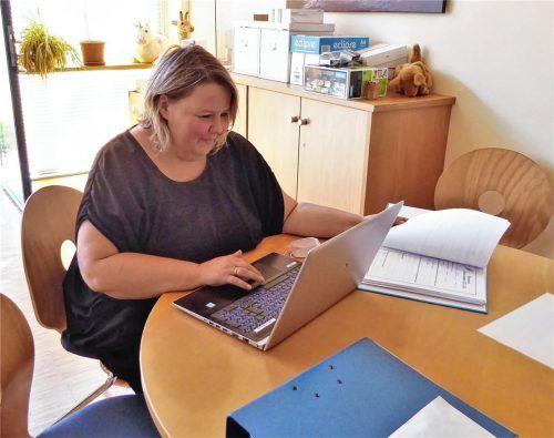 Bei den Vorbereitungen für das neue Schuljahr: Carola Vodermaier, Rektorin der Adolf-Rasp-Schule, gibt den Stundenplänen den letzten Feinschliff. Foto Riediger