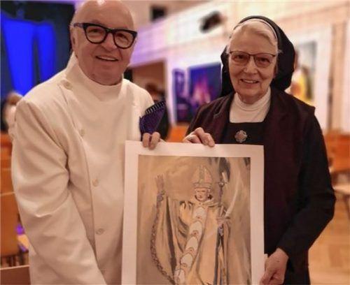 Bei der Ausstellung: Cleff III. überreicht einen Kunstdruck von Papst Benedikt XVI. an Schwester Dolore. Foto re