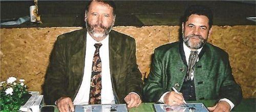 Bei der Unterzeichnung der Partnerschaftsurkunde vor 20 Jahren: Bürgermeister Dr. Dieter Mappes aus Westheim (links) und Rathauschef Günter Schramm aus Großkarolinenfeld. Foto Greiner