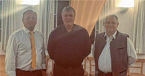 Bei der Verabschiedung: (von links) Peter Niedermeier, scheidender Vorsitzender des SVO, Gerhard Niedermeier, und Uwe Kraft. Foto RE