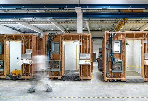 """Bereit zur Bearbeitung: Bei der Vorfertigung der Rosenheimer Baufirma """"Tjiko"""" können sich die Handwerker selbstständig in ihre Schichten einteilen. Foto Tjiko"""