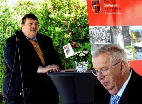 Bernd Posselt (links), Sprecher der Sudetendeutschen Volksgruppe, bei der Laudatio für Hans Pieke (im Vordergrund). Foto  Fischer
