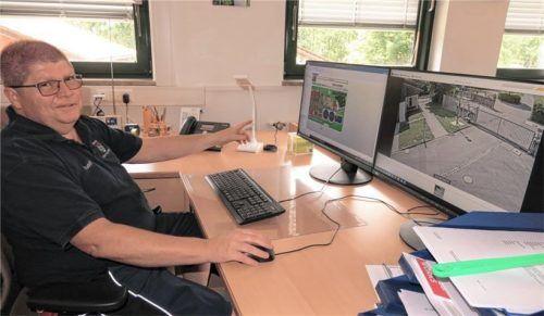 """Betriebsleiter Rudolf Hofschneider im """"Allerheiligsten"""" des Klärwerks – dem IT-Bereich."""