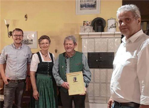 BP-Kreisvorsitzender Benno Steiner (rechts) mit (von links) Kreisrat Helmut Freund junior, Maria Freund sowie dem ernannten Ehrenkreisvorsitzenden Helmut Freund senior. Foto Bayernpartei