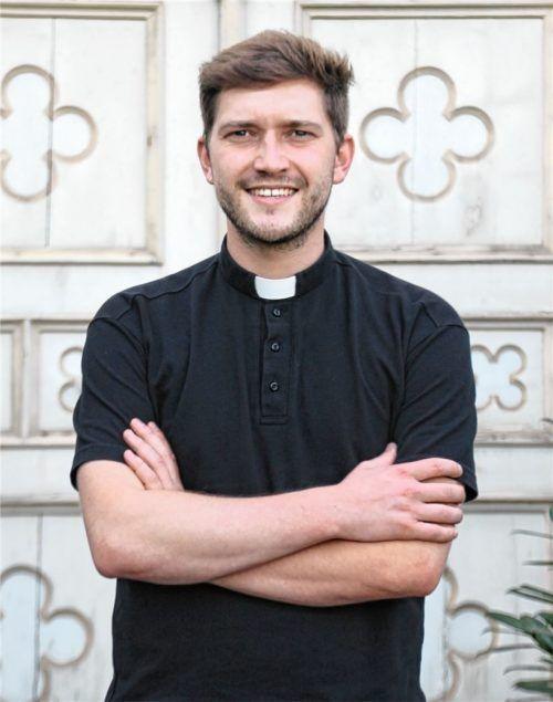 Bruder Anton Wölfl vor dem Eingang zum Kloster. Am 3. Oktober wird der Obertaufkirchener zum Priester geweiht. Foto Sutherland
